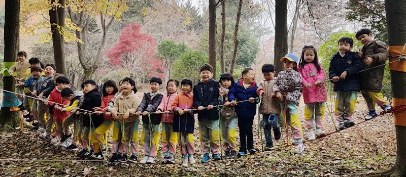 버마다리구조물에 유치원생들 단체사진